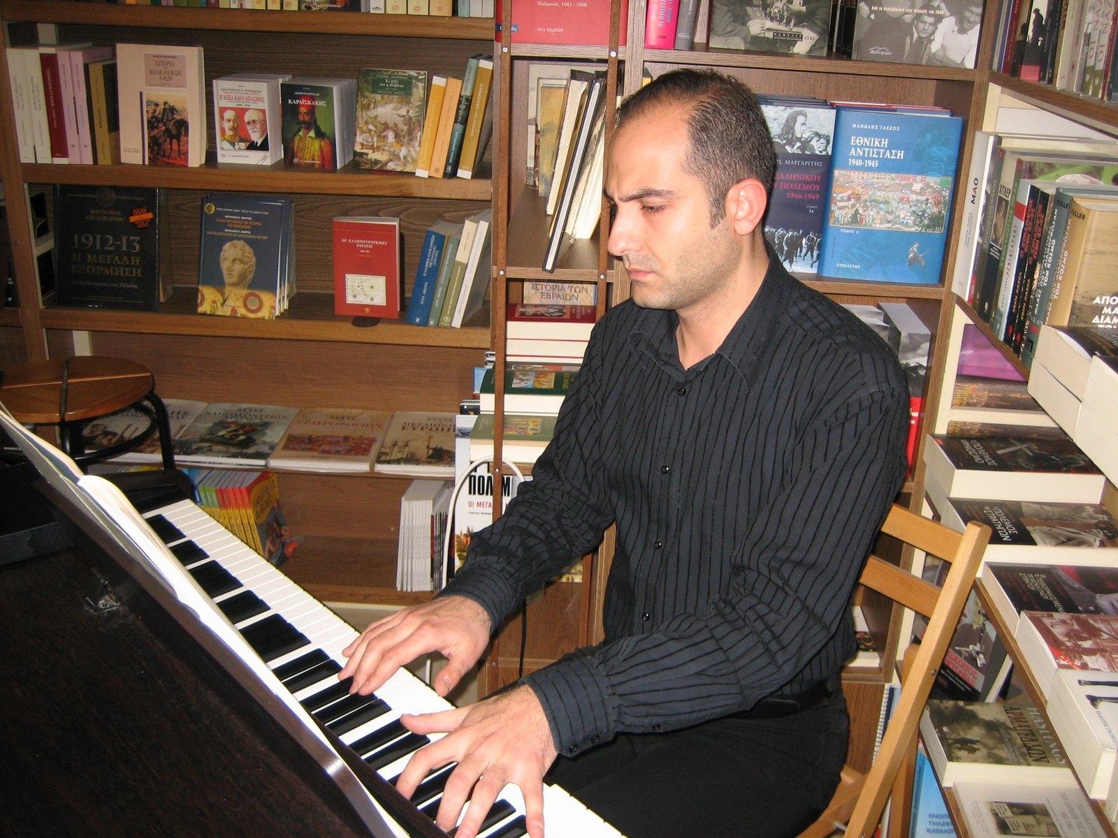 Άρης Γραικούσης.Αφιέρωμα στο Γιάννη Ρίτσο για τα 100 χρόνια από τη γέννηση του. Άννα Μουζάκη (μεσόφωνος) - Άρης Γραικούσης (πιάνο) - Κώστας Καναβούρης (απαγγελία)